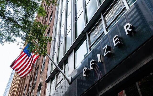 Pfizer Inc. headquarters is seen in New York City, July 22, 2020.  (Jeenah Moon / GETTY IMAGES NORTH AMERICA / AFP)