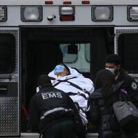 A patient is transported outside of Tisch Hospital in New York on November 13, 2020 (Kena Betancur / AFP)