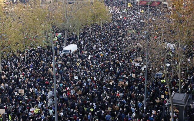 People gather on the Place de La Republique square during a protest against the 'global security' draft law' in Paris, on November 28, 2020. (THOMAS COEX / AFP)