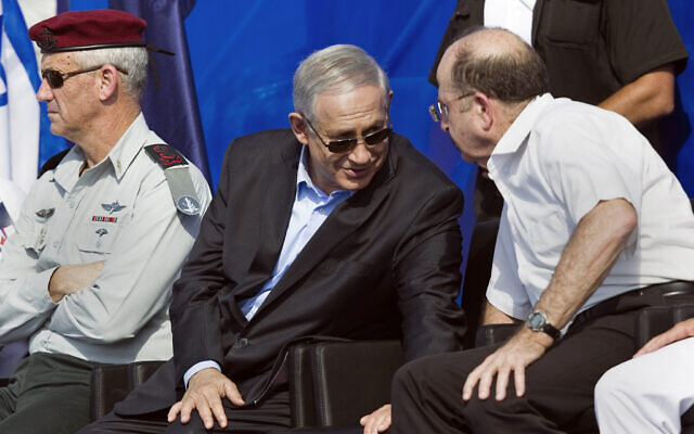 Prime Minister Benjamin Netanyahu, center, then IDF Chief of Staff Benny Gantz, left, and Defense Minister Moshe Ya'alon attend a ceremony marking the arrival of INS Tanin, a Dolphin AIP class submarine, to a naval base in the northern city of Haifa, September 23, 2014. (AP Photo/Amir Cohen, Pool)