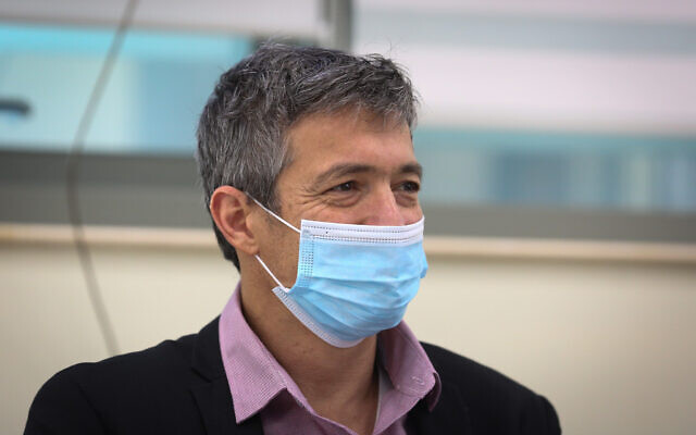 Communications Minister Yoaz Hendel visits a coronavirus ward at the Ziv Medical center, in the northern city of Safed, October 7, 2020. (David Cohen/Flash90)