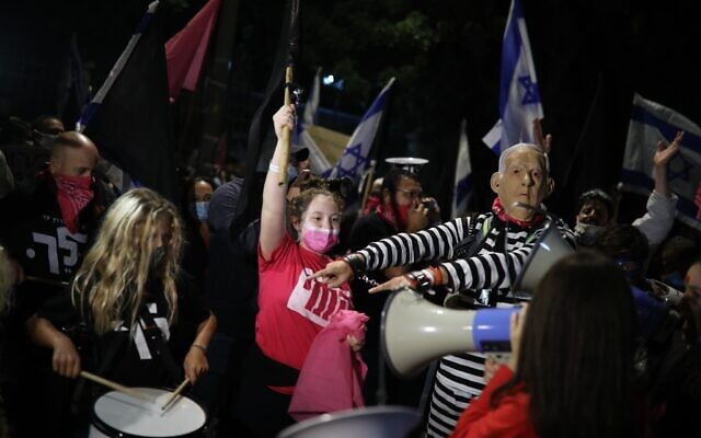 People protest against Prime Minister Benjamin Netanyahu in Jerusalem, on November 7, 2020 (Hadas Parush/Flash90)