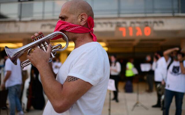 Israelis artists protest against the COVID-19 lockdown, on November 8, 2020 in Tel Aviv. (Tomer Neuberg/Flash90)