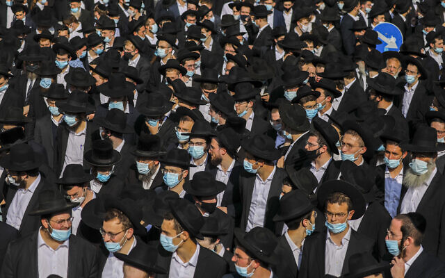 A crowd of yeshiva students attend the funeral of late Rabbi David Feinstein on November 9, 2020 in Jerusalem. (Yonatan Sindel/Flash90)