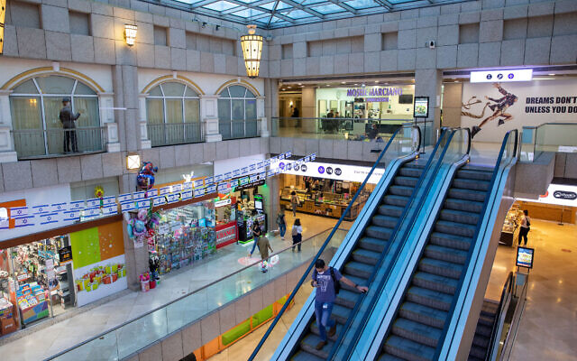 A closed mall in Tel Aviv on November 10, 2020. (Yossi Aloni/Flash90)