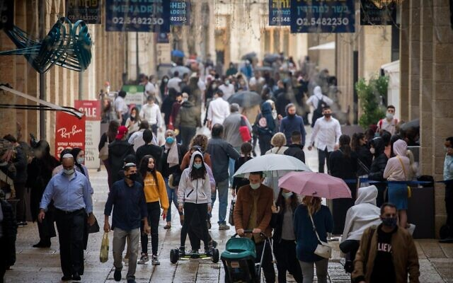 People shop in Jerusalem on November 12, 2020 (Yonatan Sindel/Flash90)