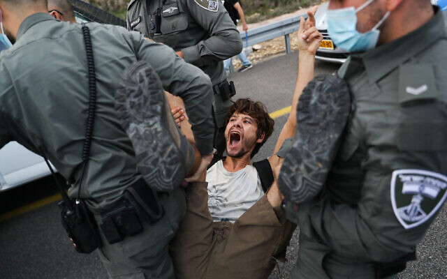 Police detain protesters as they march to Jerusalem on Highway 1 as part of a protest against Prime Minister Benjamin Netanyahu, on November 14, 2020 (Yonatan Sindel/Flash90)