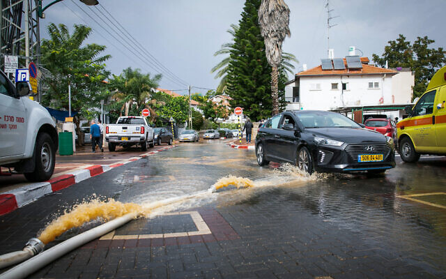 Flooded street in Ness Ziona, November 21, 2020 (Yossi Aloni/Flash90)