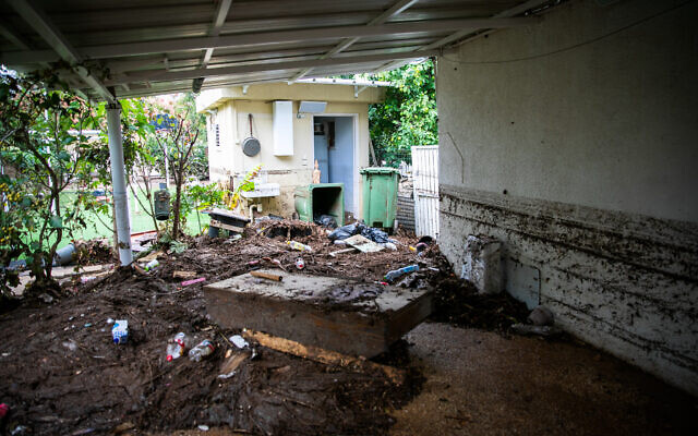 View of the damage caused to an apartment building following heavy rainfall in Ness Ziona, November 21, 2020 (Yossi Aloni/Flash90)