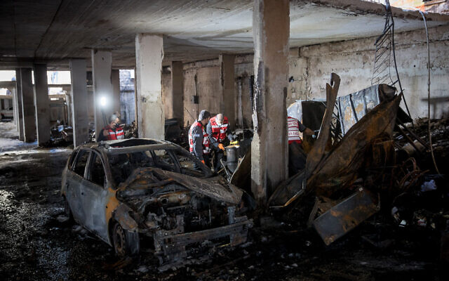 The scene where a fire broke out in a building complex in the Romema neighborhood of Jerusalem on November 24, 2020 (Yonatan Sindel/Flash90)