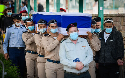Family, friends and Israeli soldiers attend the funeral  of Cpl. Lihu Ben-Bassa who was killed in a plane crash in southern Israel, in the military cemetery in Rishon Lezion on November 25, 2020. (Avshalom Sassoni/Flash90)