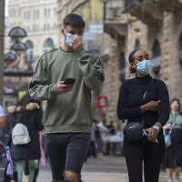 Israelis wearing face masks shop at the Mamilla Mall in Jerusalem on November 25, 2020. (Olivier Fitoussi/Flash90)