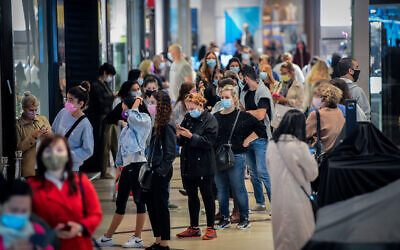 People shop at the Ayalon Mall in Ramat Gan after it reopened, November 27, 2020 (Avshalom Sassoni/Flash90)