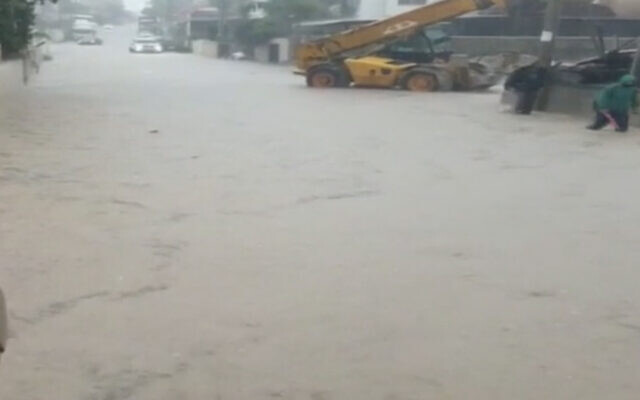 Flooding on a street in Wada Ara, November 20, 2020. (Screen capture: Channel 12 news)