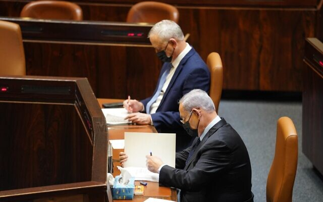 Benny Gantz, left, and Benjamin Netanyahu at the Knesset on November 10, 2020. (Shmulik Grossman/Knesset spokesperson)