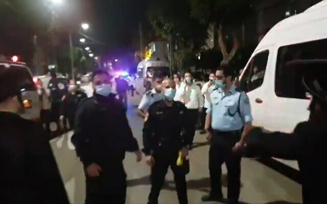Police operate in Bnei Brak after a synagogue was found operating in contravention of virus regulations, November 17, 2020 (Screen grab/Twitter)