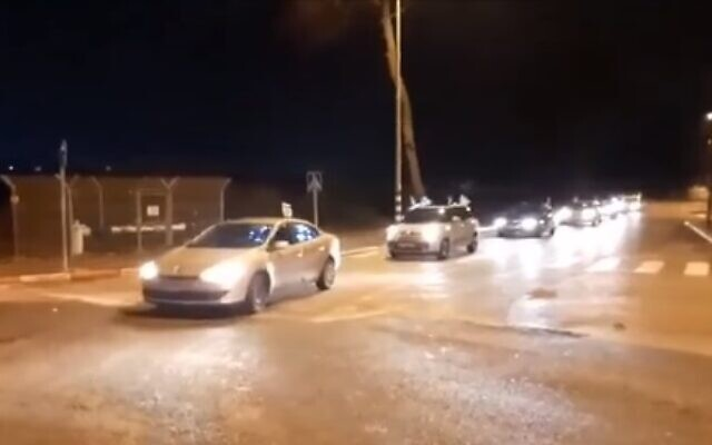 A car convoy on its way to protest against Prime Minister Benjamin Netanyahu in Caesarea, November 21, 2020 (video screenshot)