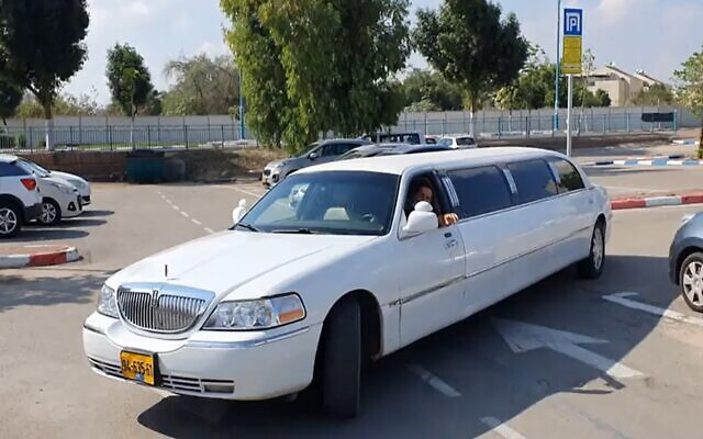 The limousine that collected social media star Prisilia Kashty from jail after she was imprisoned for killing an 82-year-old man in a hit and run, November 11, 2020 (Screen grab/Channel 12)