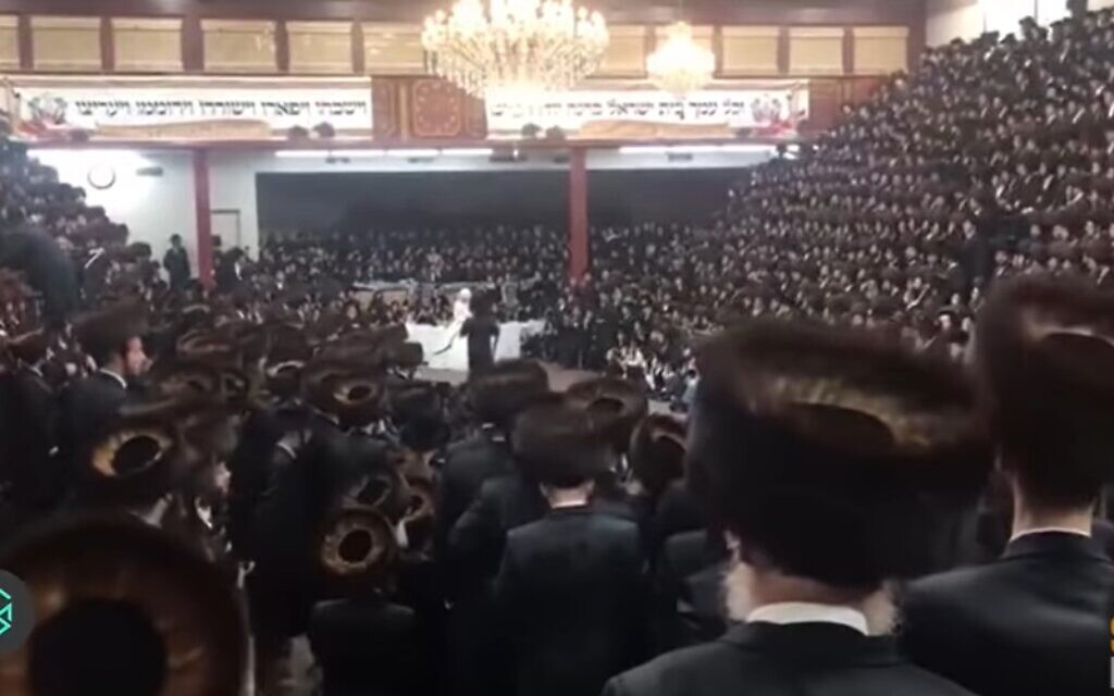 Thousands attend the wedding of the grandson of Satmar Rabbi Aaron Teitelbaum in Brooklyn on November 8, 2020. (Screencapture/YouTubue)