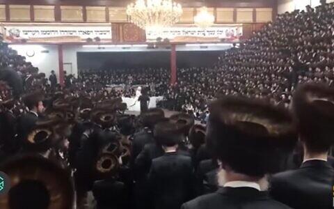 Thousands attend the wedding of the grandson of Satmar Rabbi Aaron Teitelbaum in Brooklyn on November 8, 2020 (Screencapture/YouTubue)