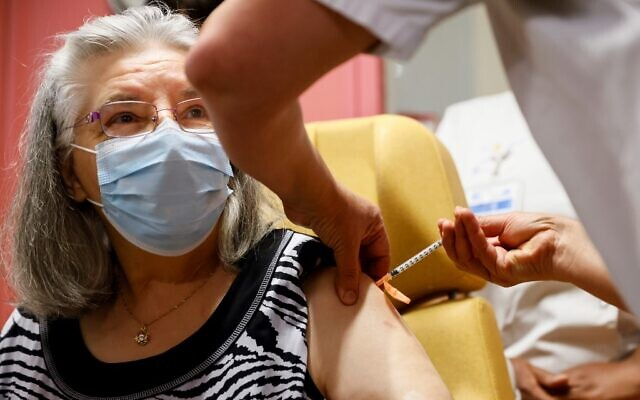 The first person in a national immunization program, Mauricette, a French 78-year-old woman, receives a dose of the Pfizer-BioNTech COVID-19 vaccine at the Rene-Muret hospital in Sevran, on the outskirts of Paris, on December 27, 2020. (Thomas SAMSON / various sources / AFP)