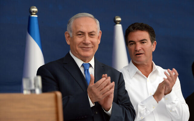 Prime Minister Benjamin Netanyahu (left) and head of the Mossad Yossi Cohen during a toast ceremony for the Jewish New Year on October 2, 2017 (Haim Zach/GPO)