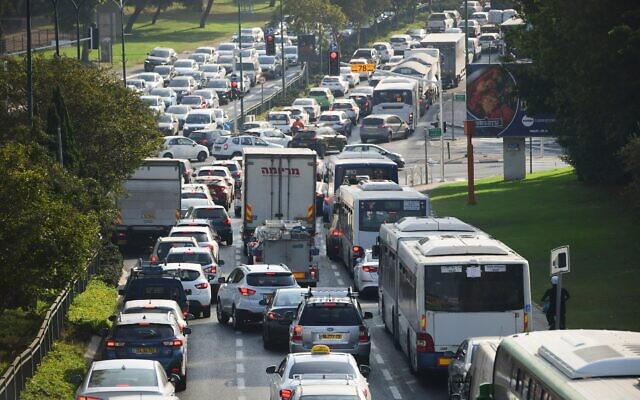 Traffic jams in Tel Aviv as police put up temporary 'checkpoint' during a nationwide lockdown, September 21, 2020. (Avshalom Sassoni/Flash90)
