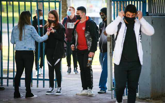 Israeli students arrive at a high school in the southern Israeli city of Ashdod, November 29, 2020. (Flash90)