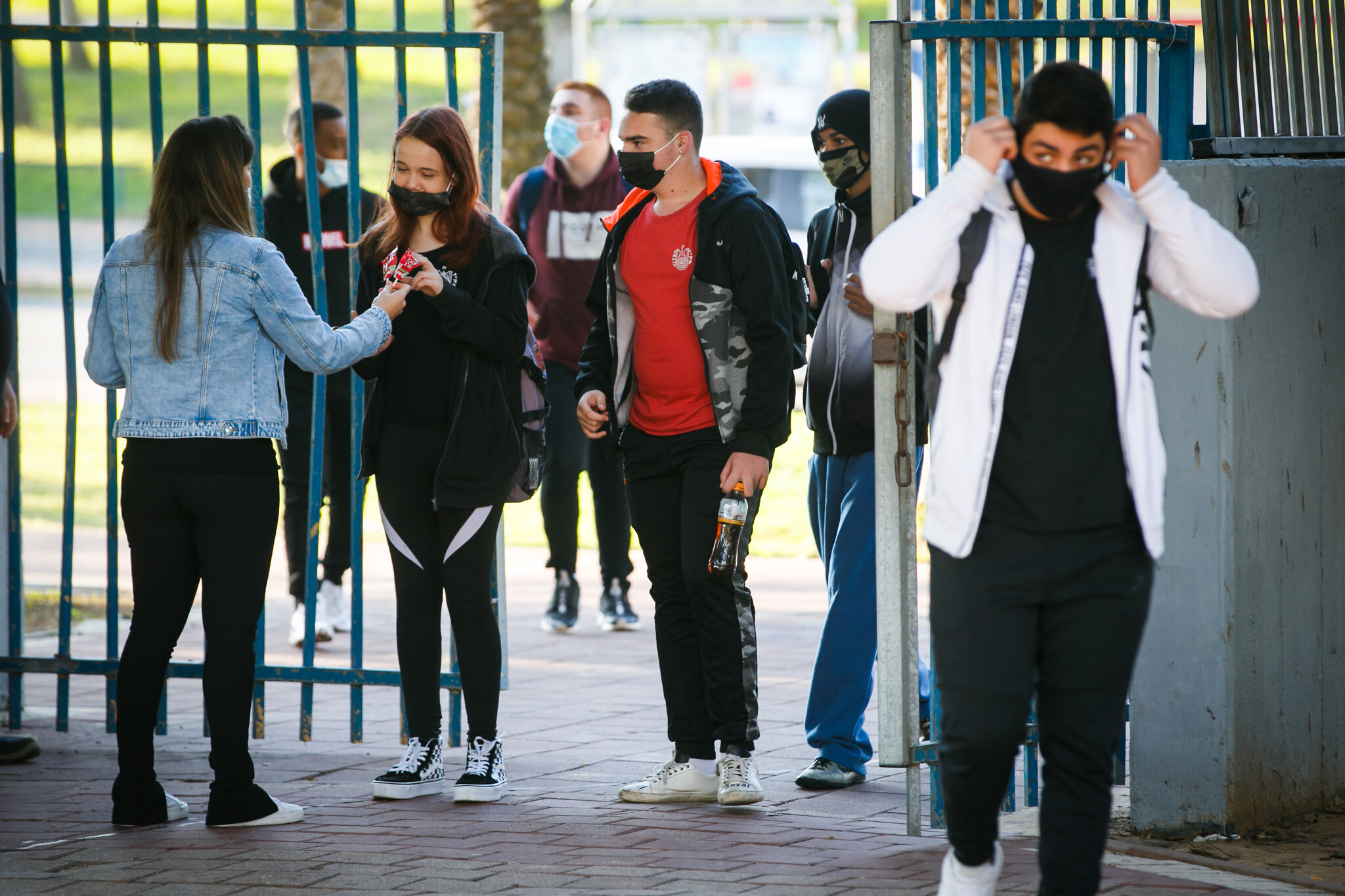 Israeli students arrive at a high school in the southern city of Ashdod, November 29, 2020. (Flash90)
