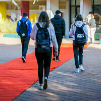 Israeli students arrive at school in the southern city of Ashdod, November 29, 2020 (Flash90)