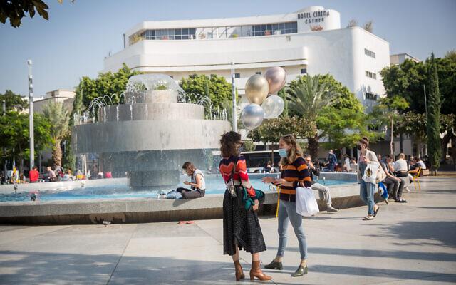 Israelis at Dizengoff Square in Tel Aviv, on December 2, 2020. (Miriam Alster/Flash90)