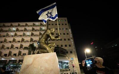 A statue of an anti-Netanyahu demonstrator outside Prime Minister Benjamin Netanyahu's official residence in Jerusalem, December 4, 2020 (Yonatan Sindel/Flash90)