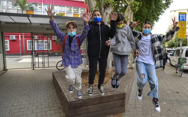 Students return to school in Tel aviv on December 6, 2020. (Avshalom Sassoni/Flash90)