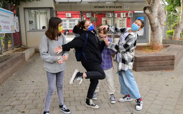 Israeli students wearing face masks return to school in Tel Aviv on December 6, 2020. (Avshalom Sassoni/Flash90)