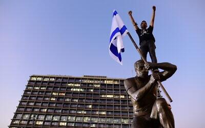 A statue of an anti-Netanyahu demonstrator is installed in Rabin Square in Tel Aviv, December 10, 2020 (Tomer Neuberg/Flash90)