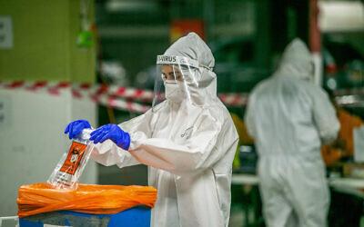 Health care workers take test samples in Modi'in, on December 24, 2020 (Yossi Aloni/Flash90)