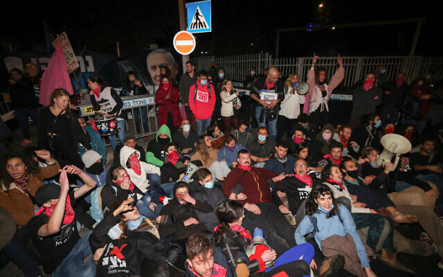 Demonstrators during a protest against Prime Minister Benjamin Netanyahu, outside his official residence in Jerusalem, on December 26, 2020 (Yonatan Sindel/Flash90)