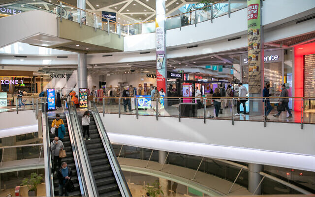 Closed down stores at the Azrieli shopping mall in Tel Aviv on December 27, 2020, as Israel enters its third nationwide lockdown in an effort to prevent the spread of the coronavirus. (Yossi Aloni/Flash90)