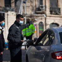 Police at a temporary checkpoint at the Jaffa Gate in Jerusalem on December 28, 2020 (Yonatan Sindel/Flash90)