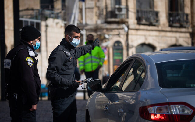 Police at a temporary checkpoint in Jerusalem's Old City on December 28, 2020, during the a third national lockdown to contain the coronavirus. (Yonatan Sindel/Flash90)