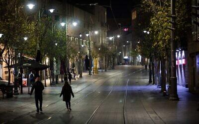 Israelis walk on Jaffa Street in Jerusalem on New Year's Eve during a third national coronavirus lockdown, December 31, 2020. (Yonatan Sindel/Flash90)