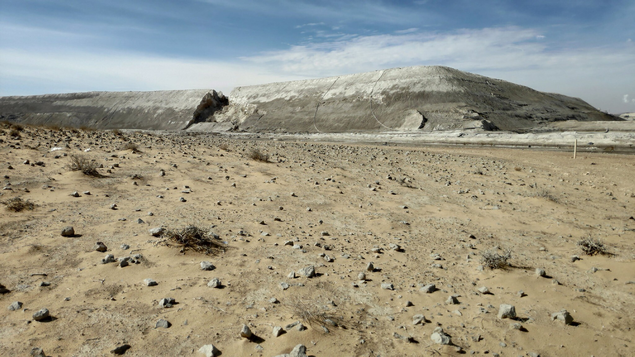 The collapsed wall of the evaporation pool at ICL Rotem (formerly Rotem Amfert Negev Ltd), seen on January 27, 2020. The 2017 collapse of the wall led to major pollution of the Ashalim stream. (Courtesy Rael Horwitz, HaMaarag)