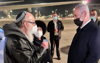Prime Minister Benjamin Netanyahu (R) greets released US spy-for-Israel Jonathan Pollard and his wife Esther at Ben Gurion Airport, December 30, 2020 (Courtesy)