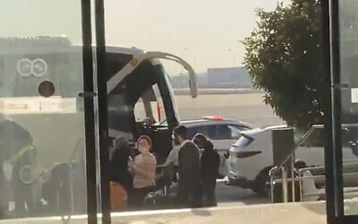 Israeli travelers coming from the United Kingdom board a bus at Ben Gurion Airport to take them to a state-run quarantine hotel in Jerusalem, December 20, 2020. (Screen capture: Twitter)