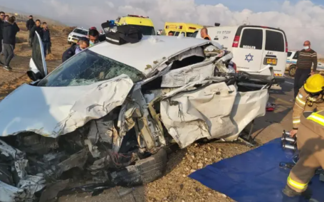 The scene of a deadly car crash near Dimona, December 23, 2020. (Israel Fire and Rescue Authority)