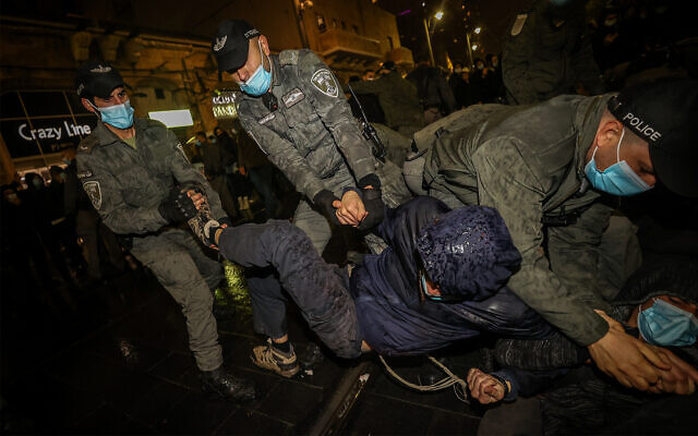 Israeli police scuffle with demonstrators during a protest over a young settler who was killed earlier this week in a car crash during a police chase after allegedly throwing stones at Palestinians, Jerusalem, December 23, 2020. (Yonatan Sindel/Flash90)