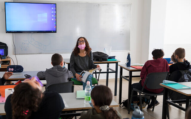 Israeli children wearing face masks attend a class lesson at the Beit Hakerem school in Jerusalem, November 24, 2020. (Olivier Fitoussi/Flash90)
