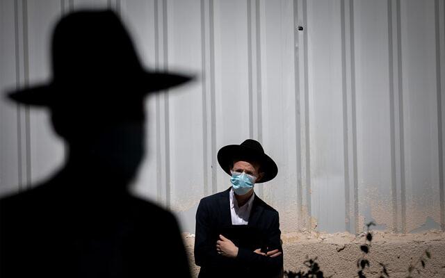Ultra-Orthodox Jews attend a funeral in Jerusalem, October 12, 2020. (Yonatan Sindel/Flash90)