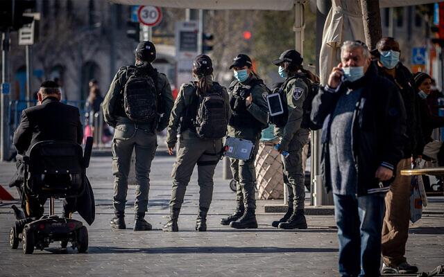 Border Police patrol in downtown Jerusalem during Israel's third coronavirus lockdown, December 29, 2020. (Yonatan Sindel/Flash90)