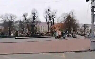 Man topples the Hanukkah menorah in downtown Kyiv, December 10, 2020 (Screen grab/Twitter)